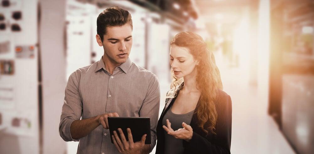 profissionais em relaçoes publicas focados em tela de tablet