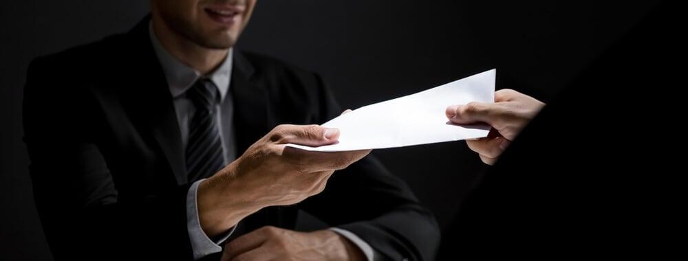 profissionais executivos trocando documentos