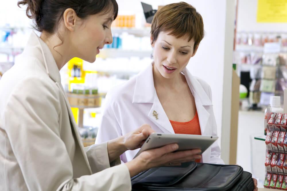 profissional da area comercial (vendedor) em meio a conversaçao com cliente