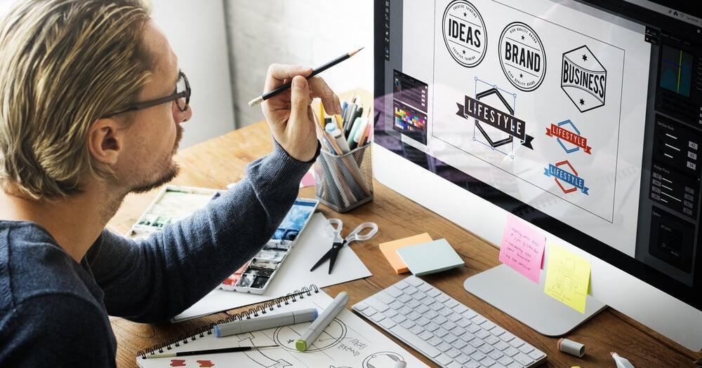 profissional de design na criação de logotipos em computador