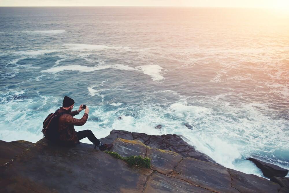 profissional de fotografia criando fotos de paisagem presentes em bancos de imagens gratis
