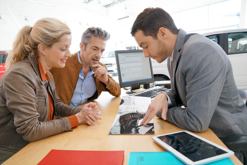 profissional em area comercial lidando com conflito com clientes