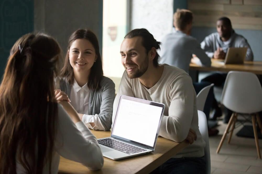 profissional em relaçoes publicas em meio a conversa com clientes
