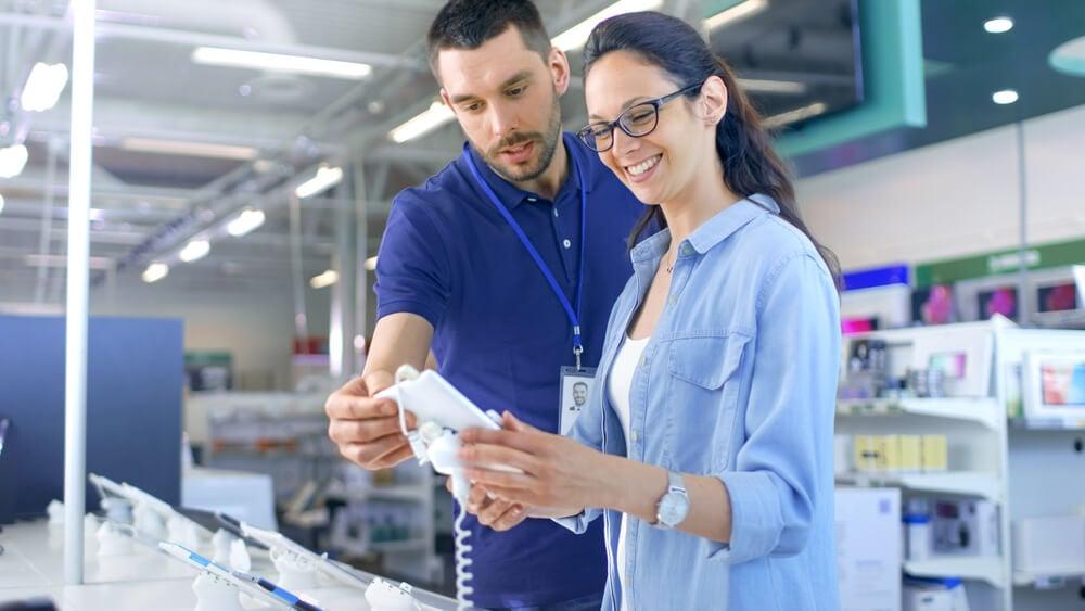 profissional em vendas exercendo seu papel ao mostrar produto para cliente