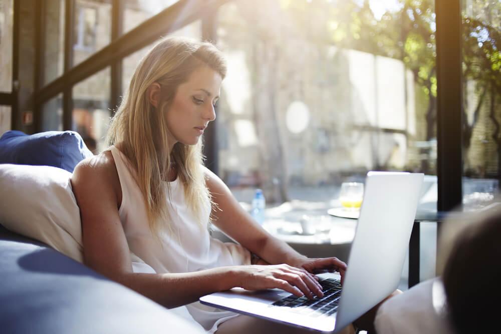 profissional mulher acessando laptop
