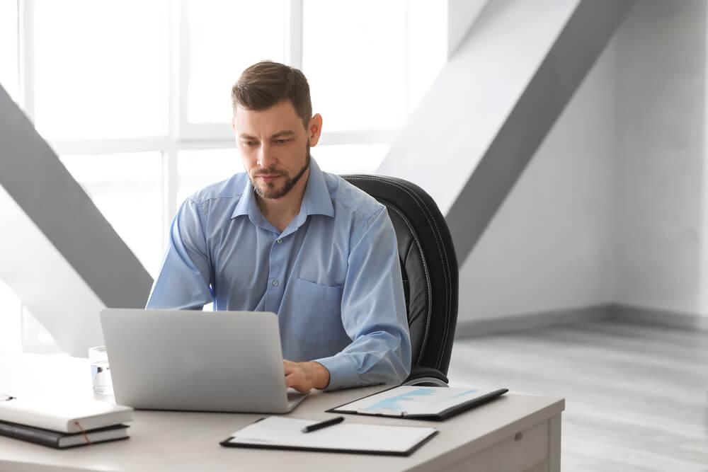 profissional sério concentrado em laptop