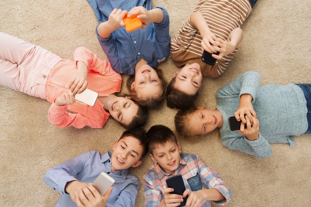 roda de crianças acessando smartphones