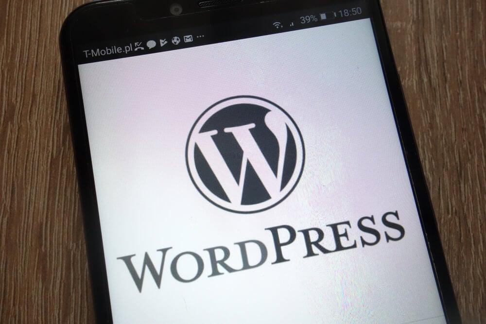 smartphone com a palavra wordpress em mesa