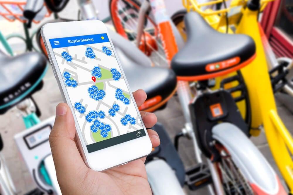 smartphone com acesso a aplicativo de acesso a bicicletas por meio da economia colaborativa