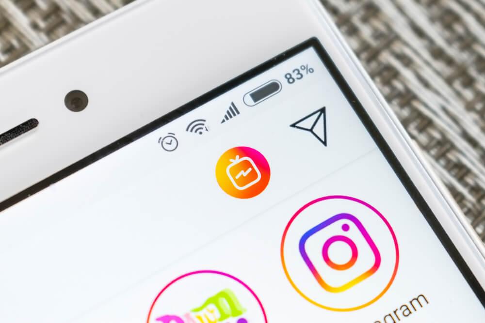 smartphone com aplicativo instagram em tela na opçao mensagens diretas