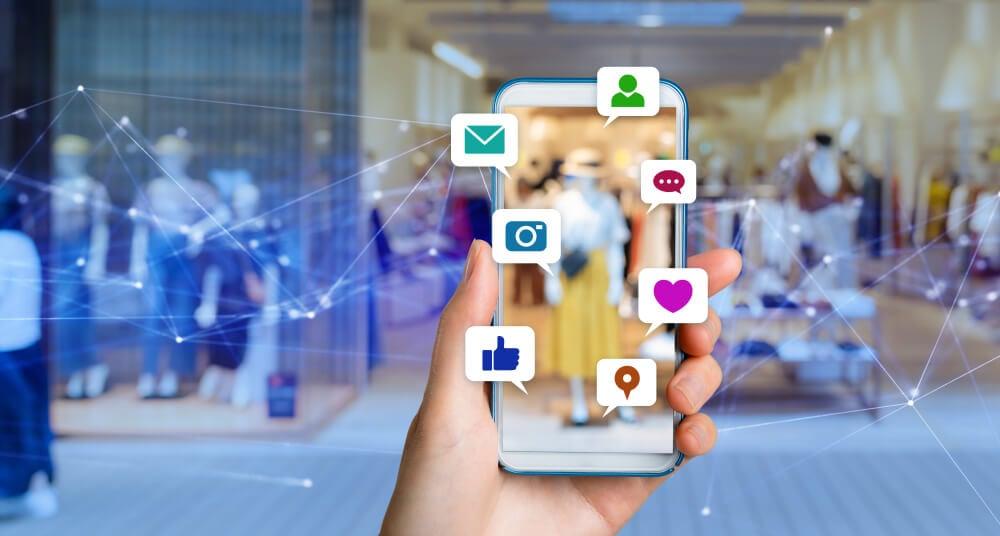 smartphone com ícones de publicação e redes sociais