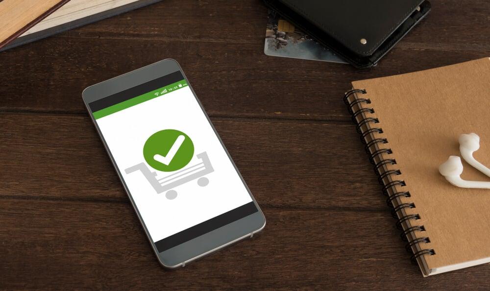 smartphone com tela de confirmaçãod e compra