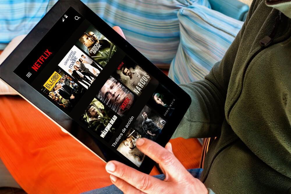 tablet acessando o aplicativo de stream mobile netflix