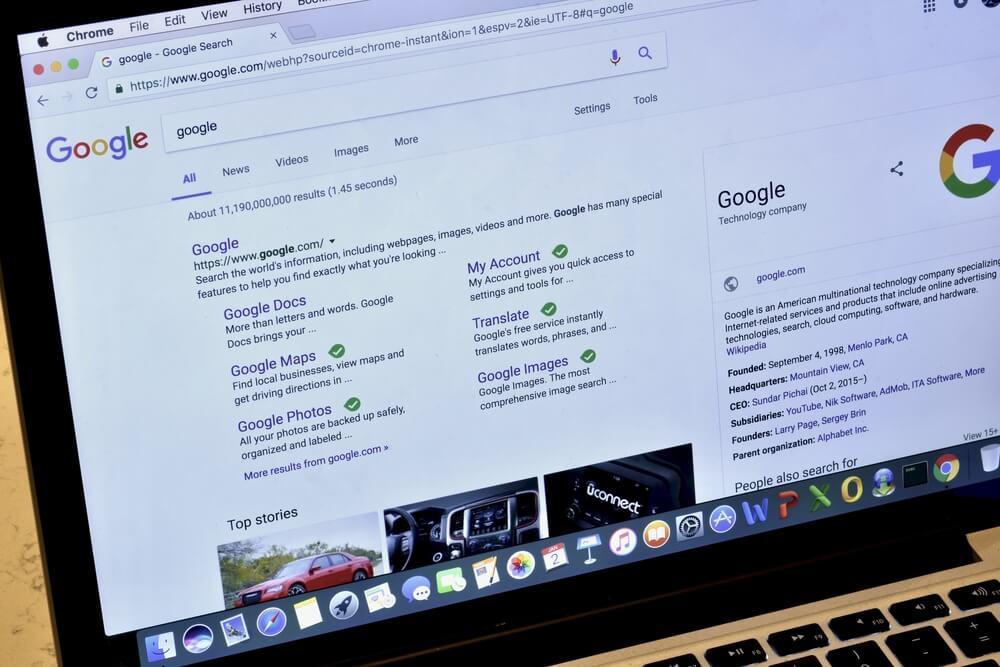 tela de laptop acessando pesquisas do google