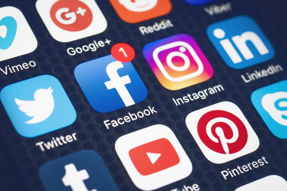 tela de smartphone com icones de aplicativos redes sociais