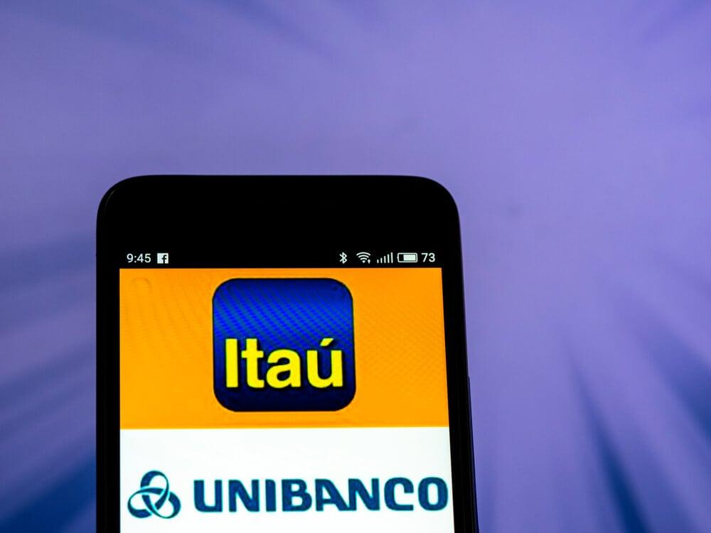 tela de smartphone com imagens de logo das empresas Itaú e Unibanco