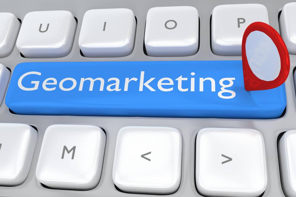 título de geomarketing em teclado de laptop