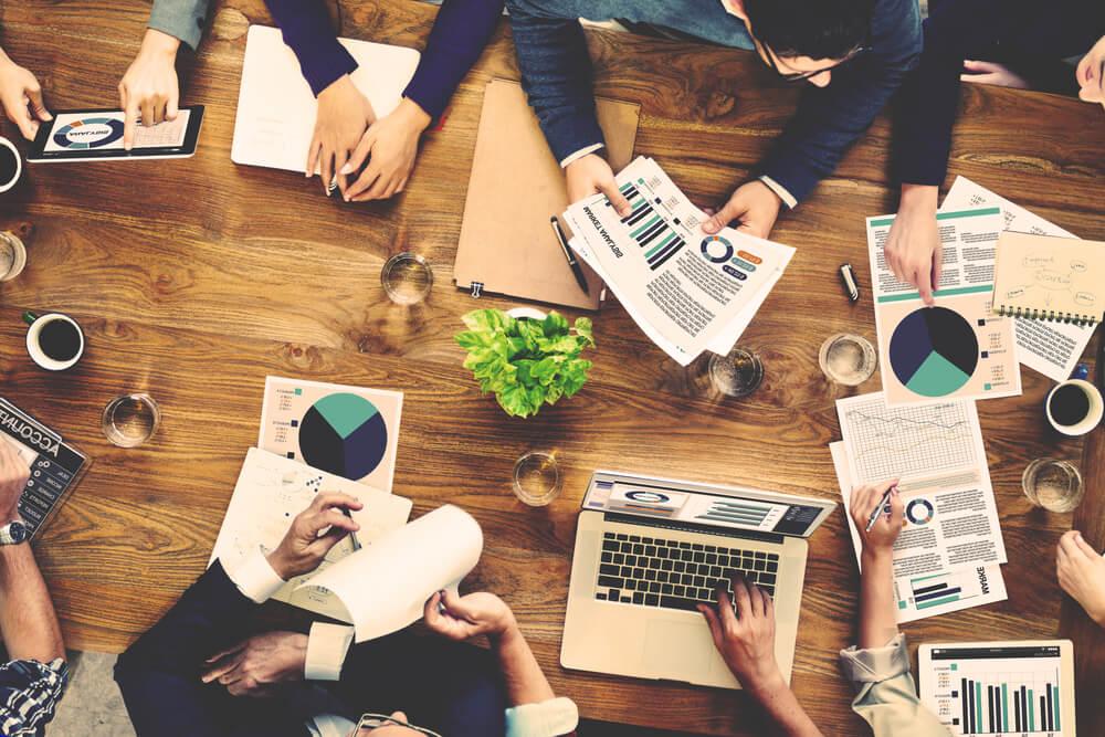 visão de cima de mesa de profissionais de marketing