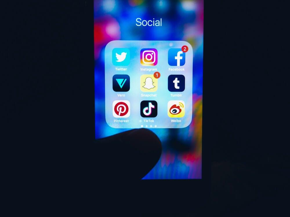 aplicativos de redes sociais em pasta em tela de smartphone