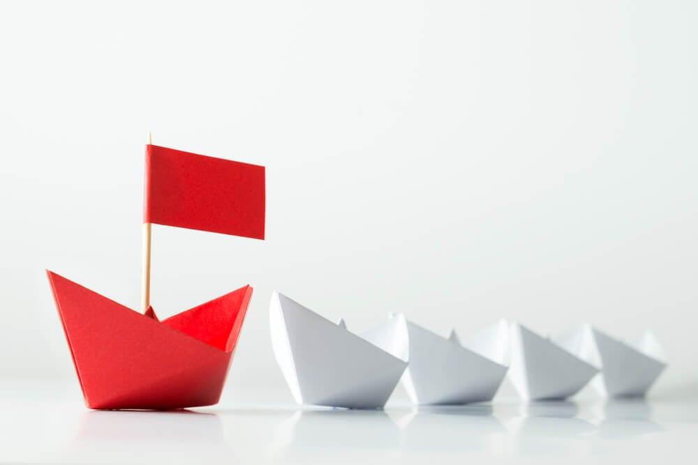 barcos de papel e vermelho em destaque