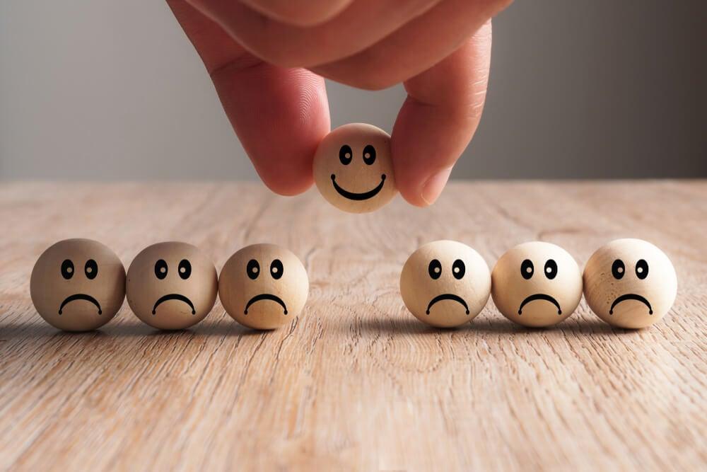 bolas representando insatisfação e única com rosto feliz