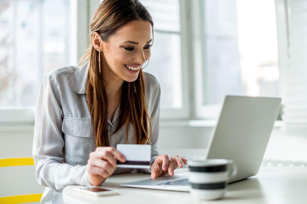 cliente sorridente durante compra online