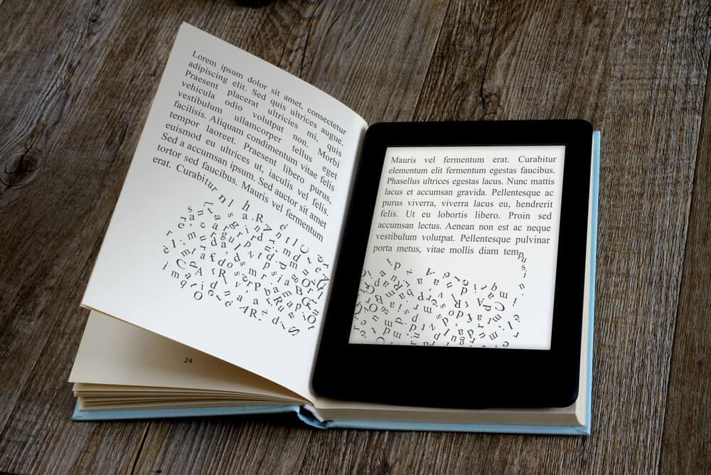 comparação entre ebook e livro de papel