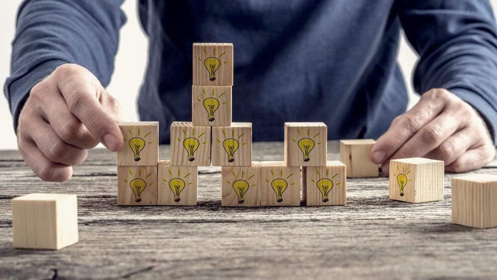 cubos com lâmpadas representando reunião de idéias
