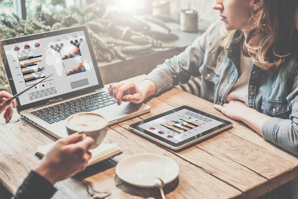 dupla de profissionais compartilhando sobre métricas e marketing digital