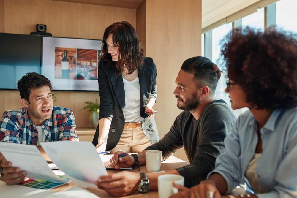 equipe em agência de marketing digital em mesa de reuniões