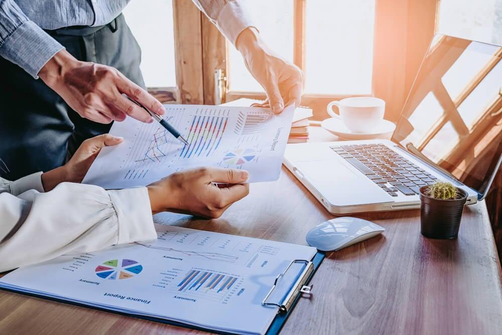equipe executiva trabalhando em gráficos de dados e estrtágia de vendas