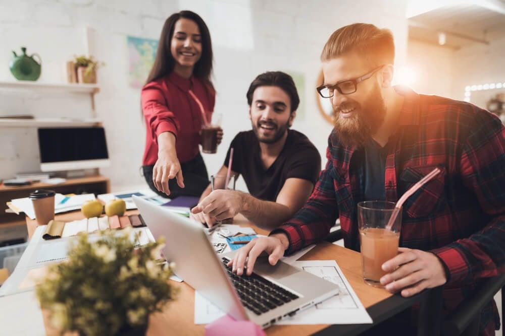 equipe feliz em escritório despojado em agência de marketing