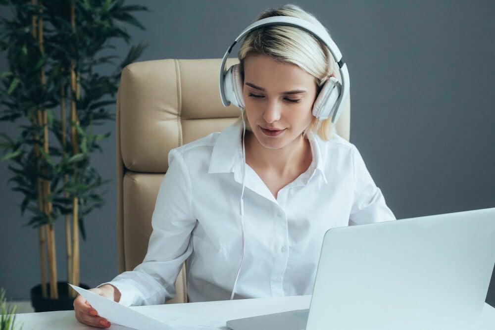 garota trabalhando como assistente virtual