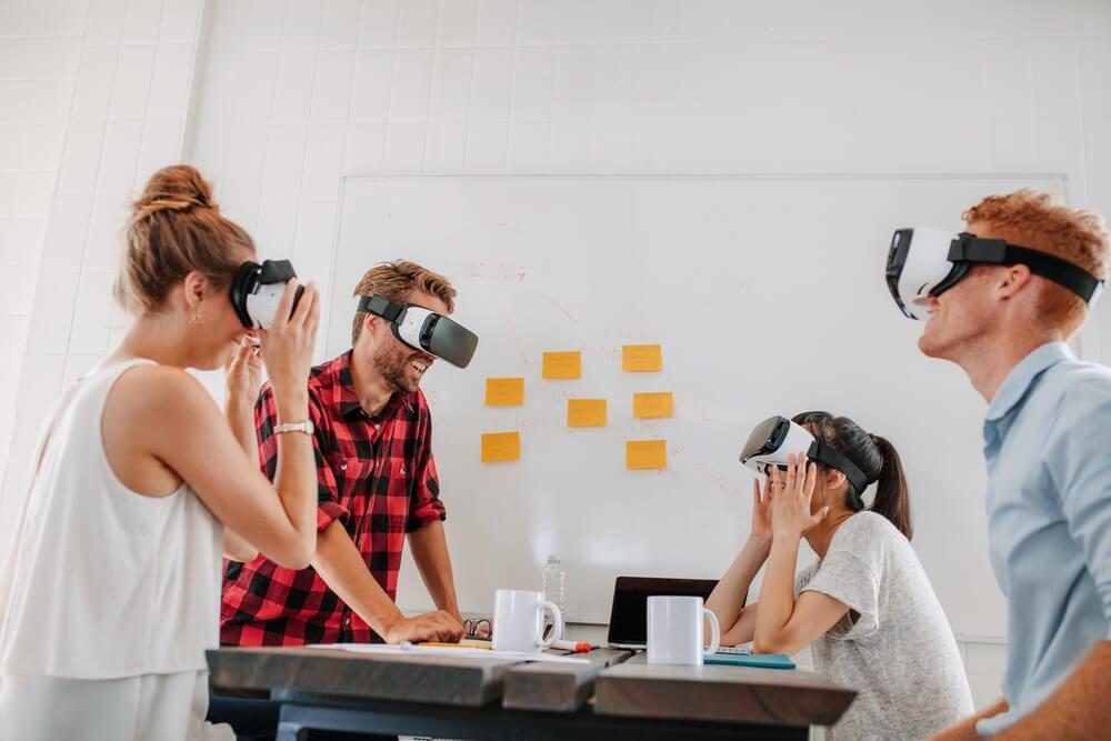 grupo usando óculos de realidade virtual