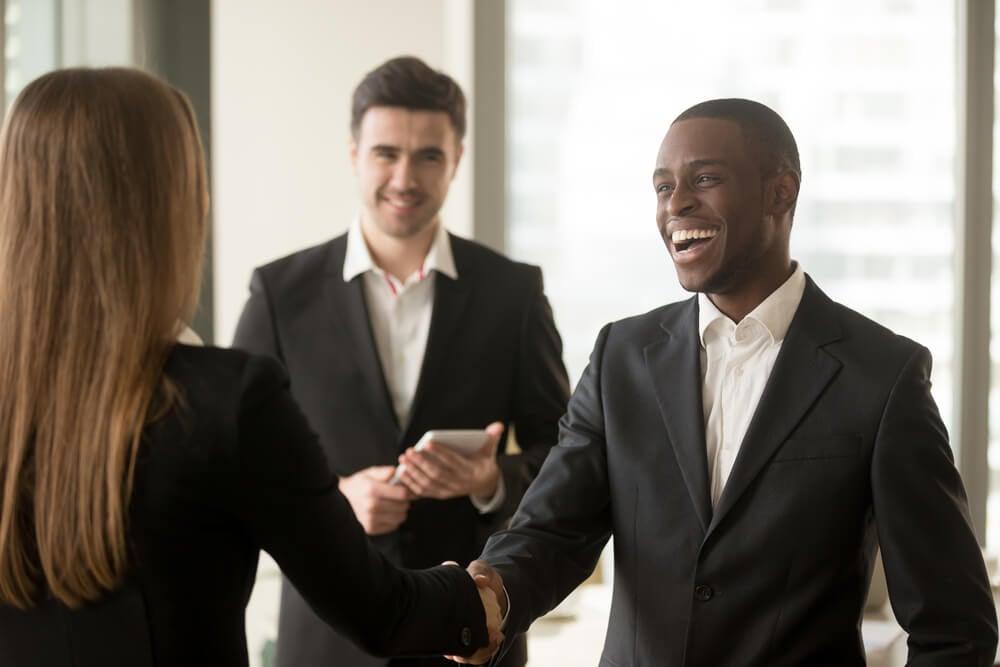 homem apertando mao de mulher simbolizando um relacionamento de profissional e cliente