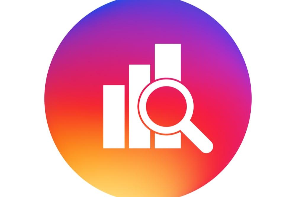 ilustraçao com lupa e simbolos de estatisticas de instagram