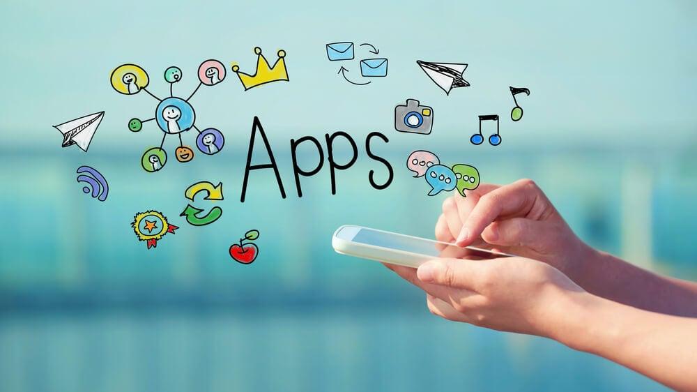ilustração sobre apps e mão segurando smartphone
