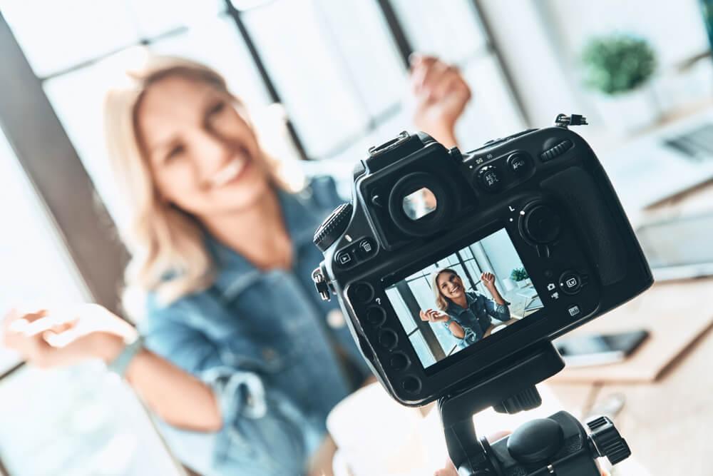 influenciador digital produzindo conteúdo de vídeo