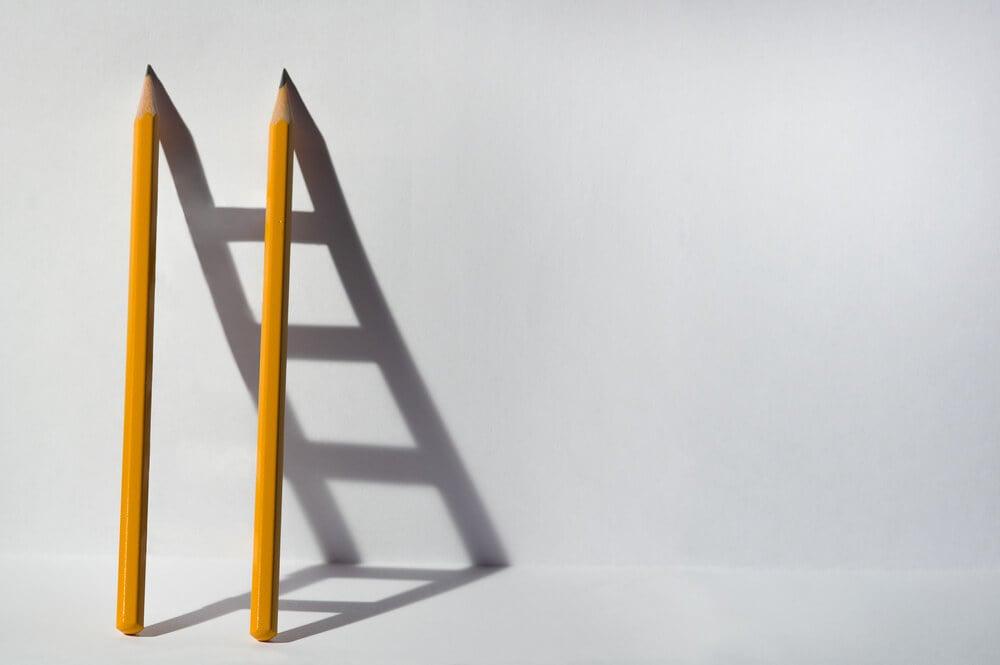 lápis e sombra de escada representando resoução de problemas no processo de white paper