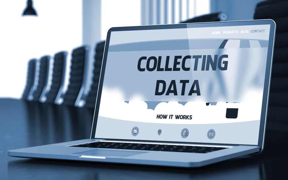 laptop com título sobre coleta de dados no estudo de mercado