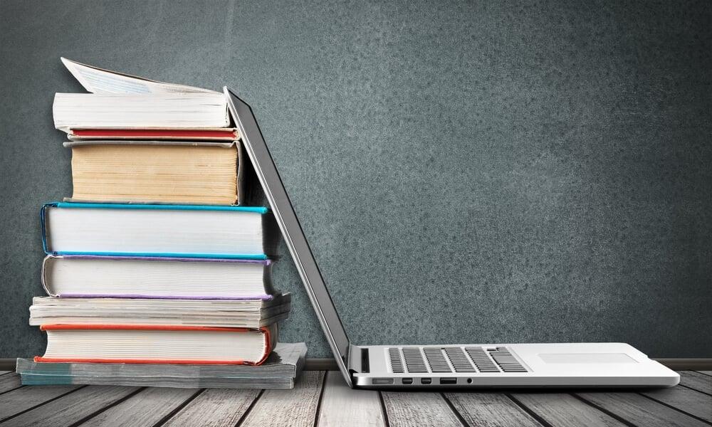 livros sobre marketing digital e laptop