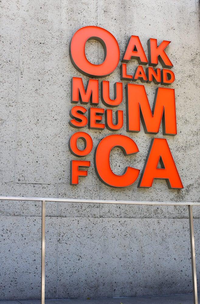 logo do museu de Oakland