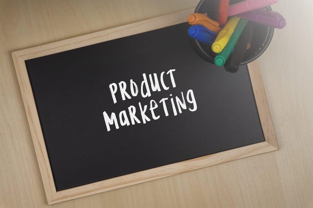lousa com título marketing de produto