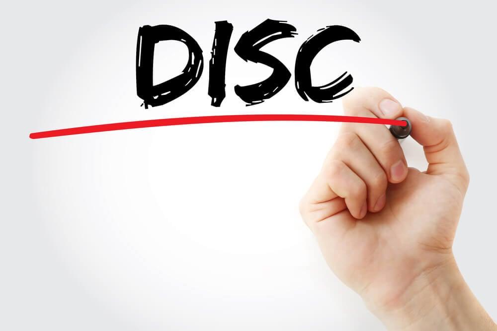 mão assinalando escrita a sigla DISC