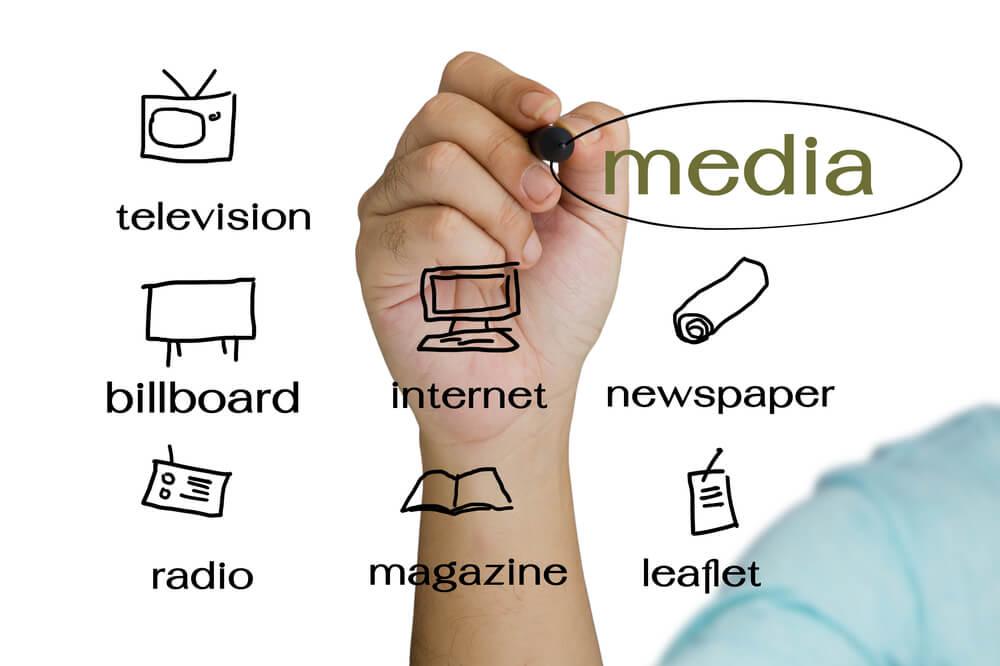 mão assinalando opçoes de mídia