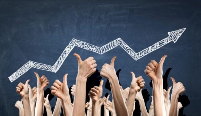 mão com sinais de positivo e símbolo de crescimento