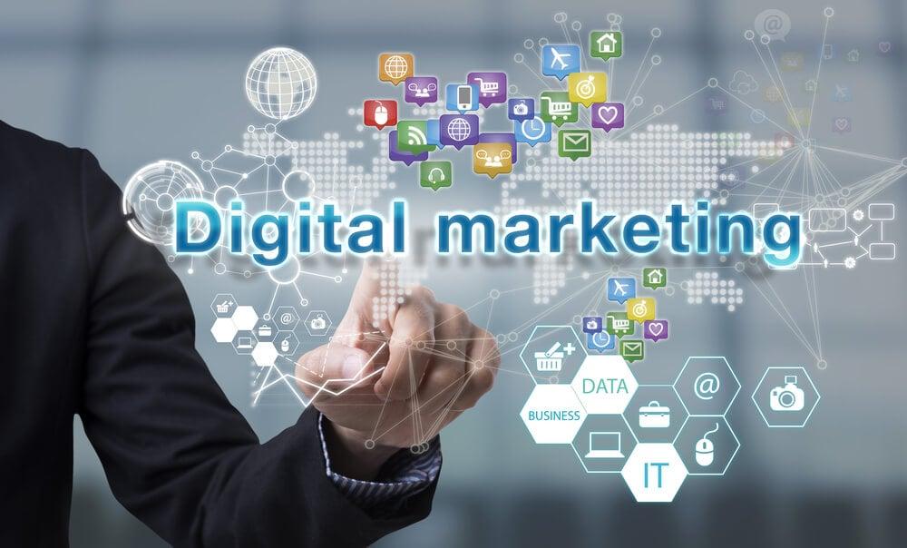 mão de executivo assinalando título marketing digital