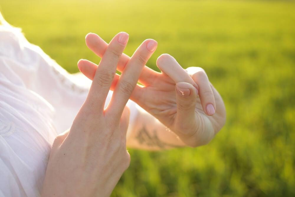mãos fazendo o símbolo de hashtag