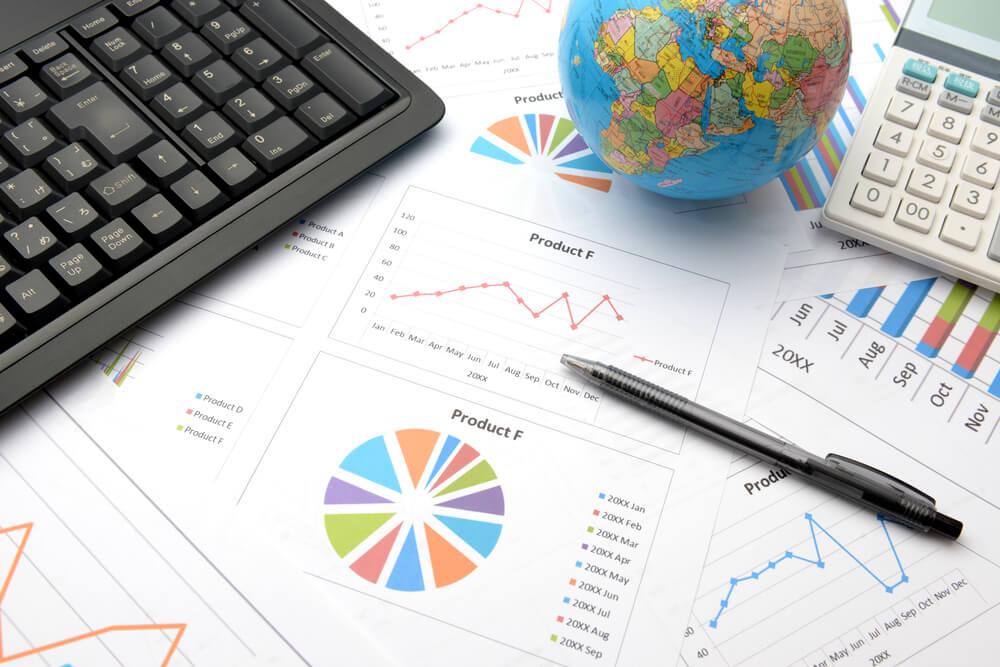 mesa de trabalho com documentos de métricas e gráficos e planeta terra