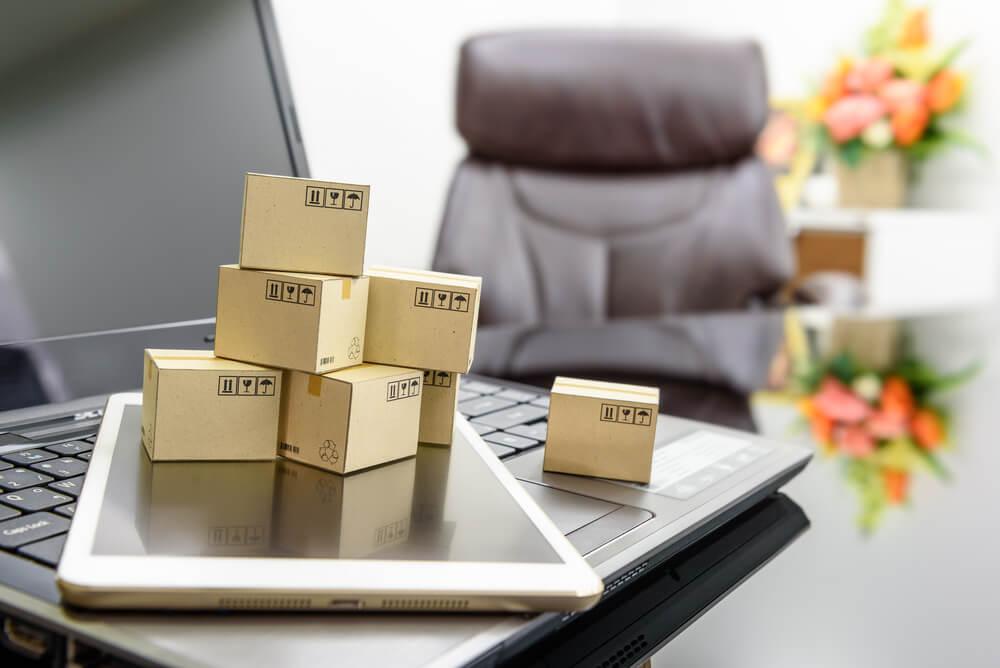 mini caixas de entrega sob laptop